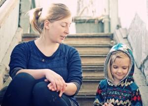 Mutter spricht mit Kind – Achtsame Kommunikation